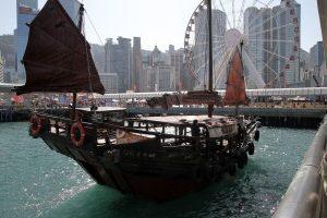 Chinesische Dschunke im Hafen von Hongkong